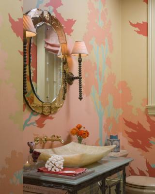 aseo empapelado en tonos coral y turquesa con espejo veneciano y griferia encastrada jeffers via houseoftu