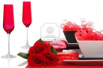 romantico-moderno-mesa-blanco-y-negro--copas-de-champan-rojo-con-rosas-rojas