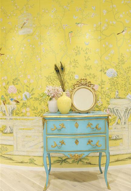 turquesapapel pintado con chinoiseries en amarillo y mesita antigua turquesa