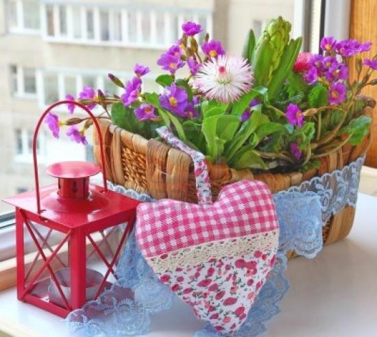 decoracion-de-jacintos-balcon-bellis-y-las-flores-de-primavera-primula-en-un-balcon