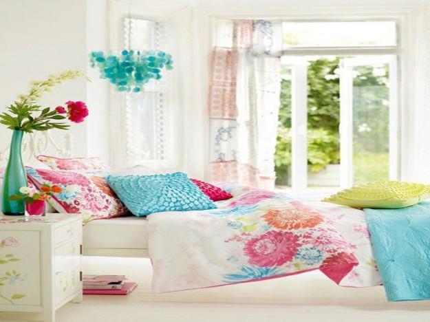 camera-con-colori-vivaci-e-decorazioni