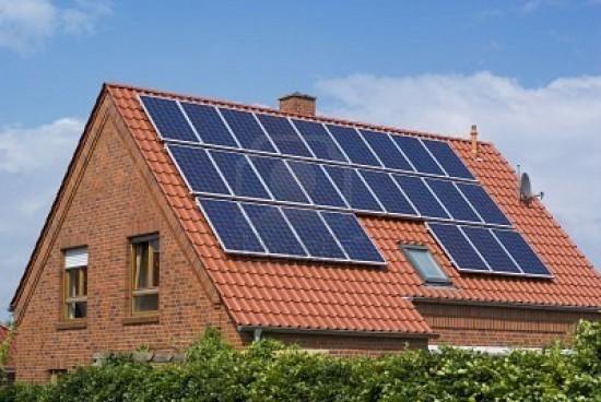 5137873-paneles-solares-en-el-tejado-de-una-casa