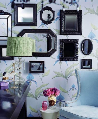 espejosd empapelada en tonos azules con espejos enmarcados en negro kishani perera