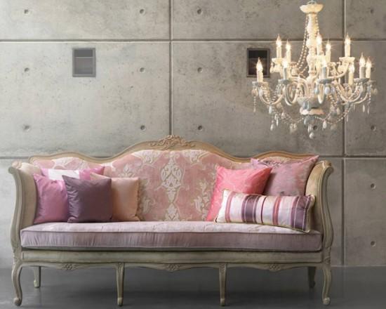 tendenciasofa-antiguo-con-patas-tapizado-color-rosa-con-cojines