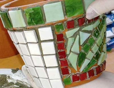 macetas-decoradas-con-mosaico-04