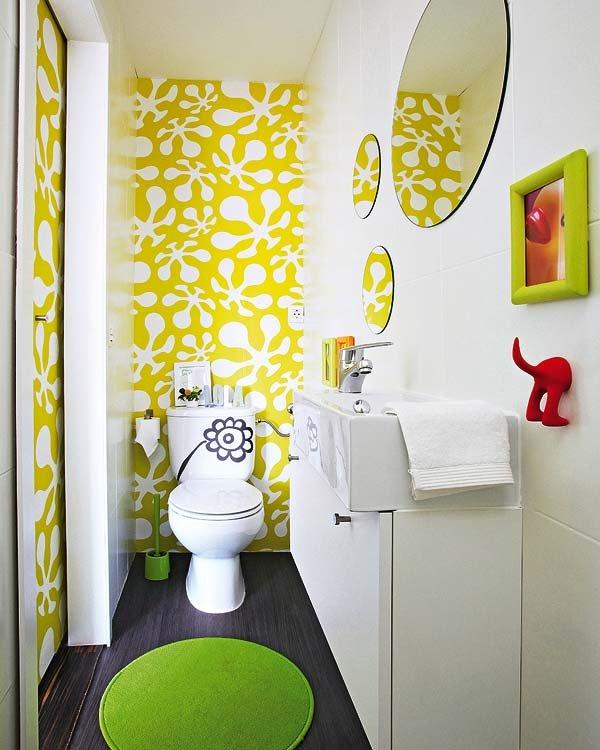 papel-pintado-en-una-pared-del-bano_ampliacion