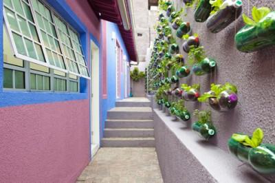 Como-hacer-un-jardín-vertical-utilizando-botellas-de-plástico-400x266
