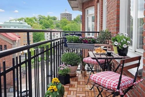 balconsimple-and-stylish-modern-balcony-garden-idea