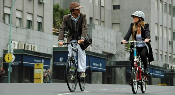 Jovenes-circulan-en-bicicleta-por-la-ciudad
